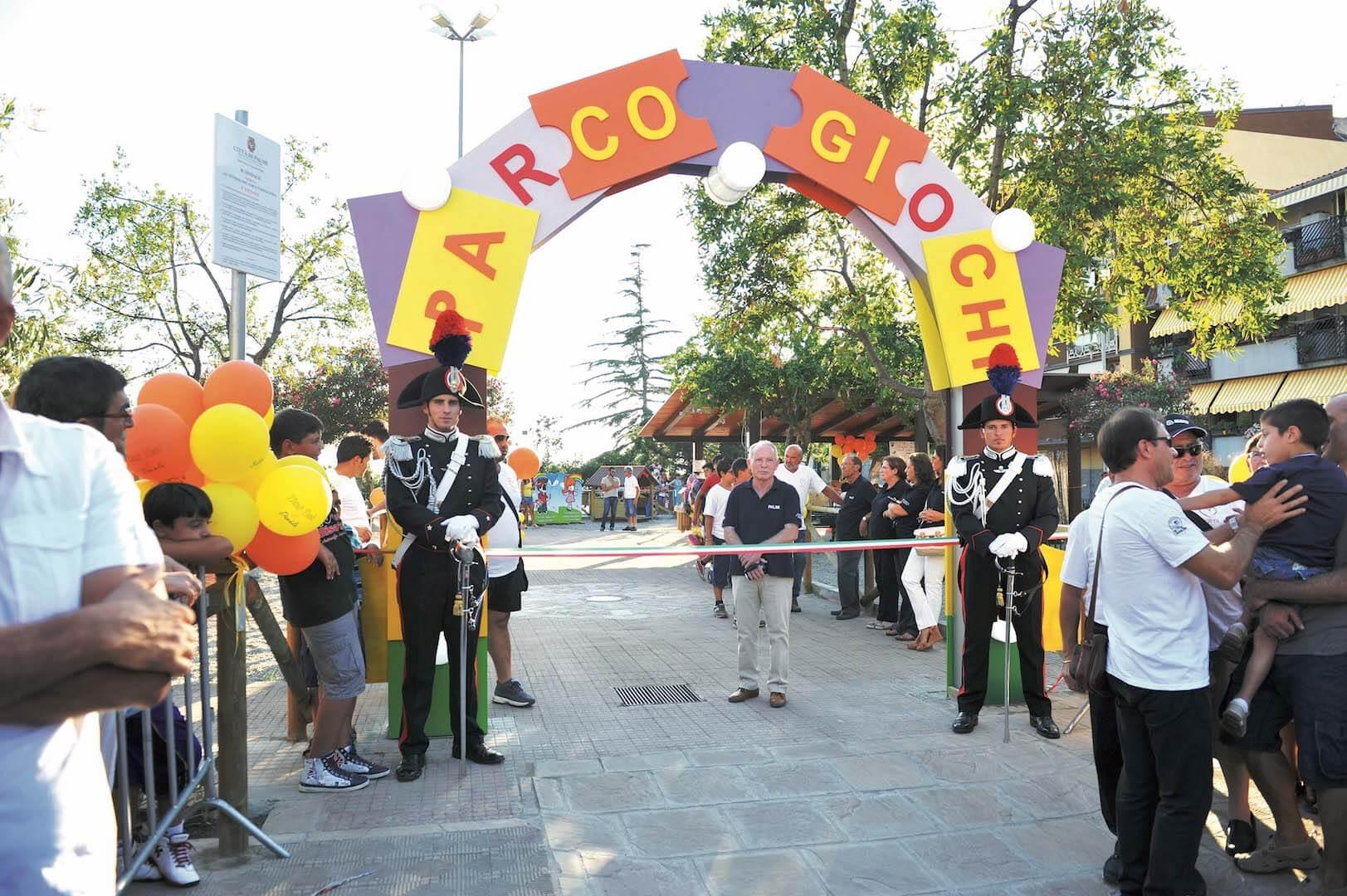 Portale parco giochi e Carabinieri in alta uniforme